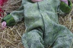 Mit barnebarn iført sparkedragten