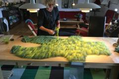 Jeg er her ved at lægge uld i form til filtning af en sparkedragt