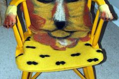Redesignet gul malet gyngestol med filtet ryg løve motiv og plettet sæde, samt armlæn som løvepoter